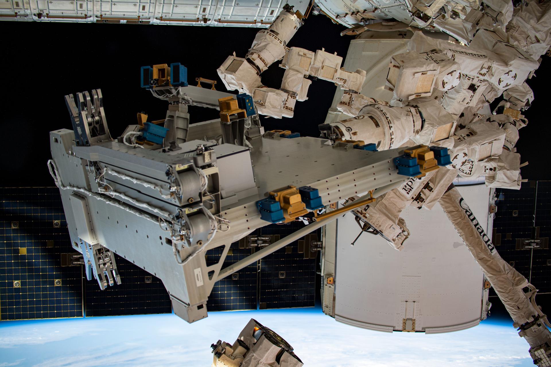 Bartolomeo en position de stationnement sous le module Destiny sur la Station spatiale internationale (ISS).  La plate-forme externe européenne Bartolomeo est une amélioration du module européen Columbus de la Station spatiale internationale (ISS) et de son infrastructure.