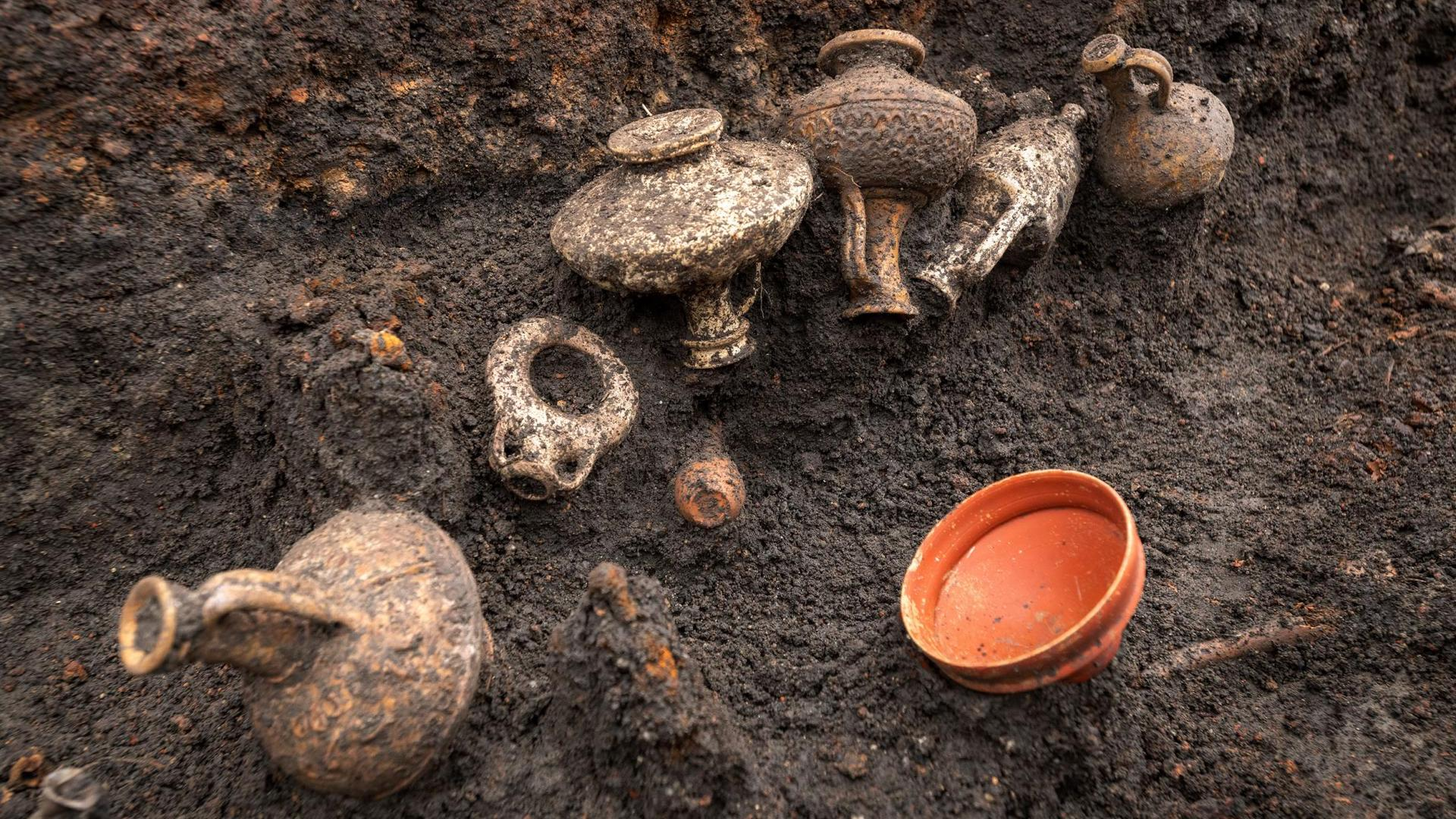 L'inhumation remonte à environ 2000 ans.