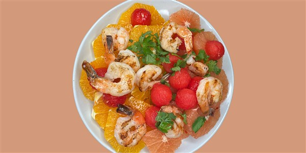 Salade d'agrumes et de melon d'eau avec crevettes épicées