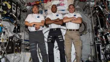 Les Astronautes De La Marche Dans L'espace Rencontrent Des Problèmes