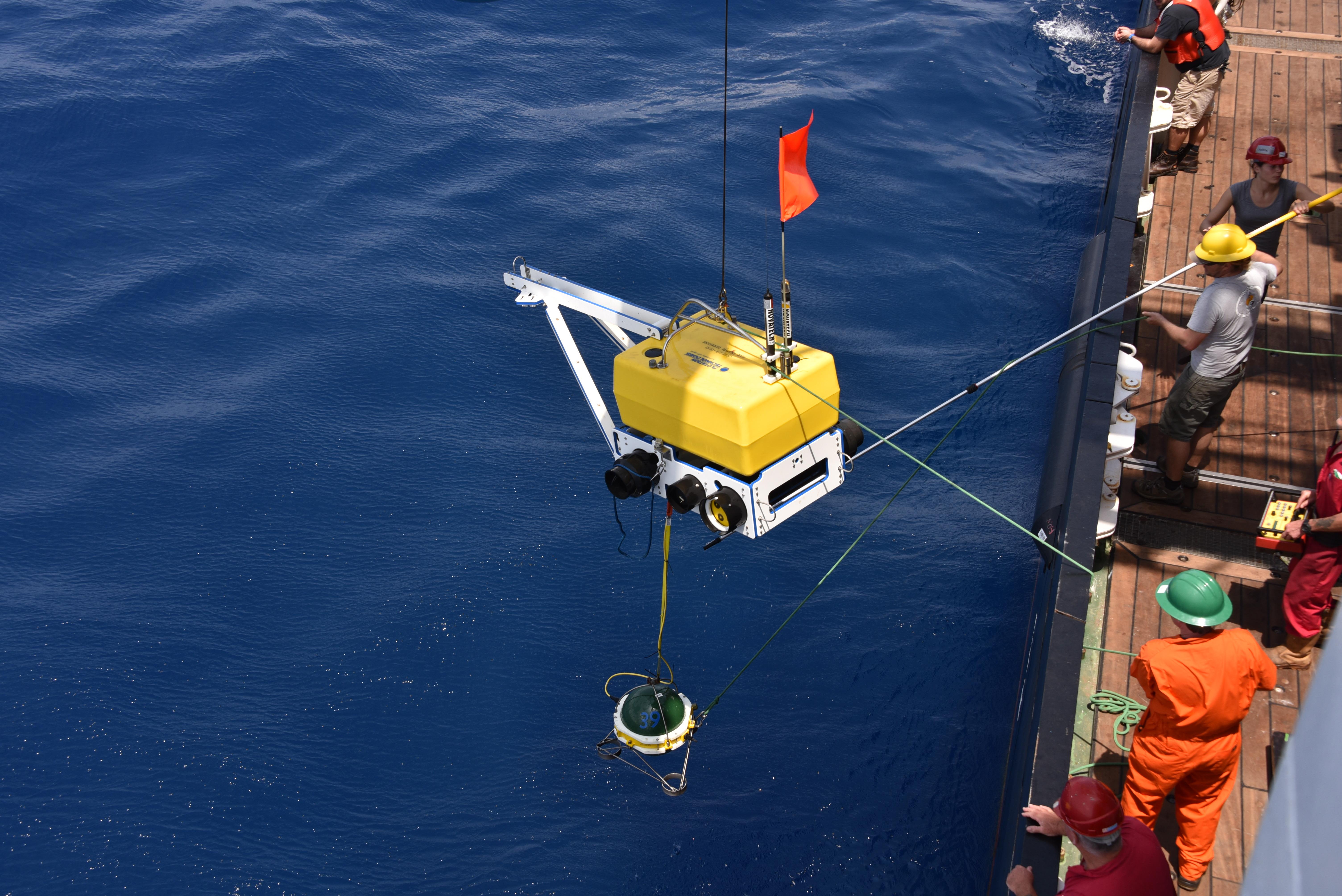 Un sismomètre déployé dans l'océan à la dorsale médio-atlantique.