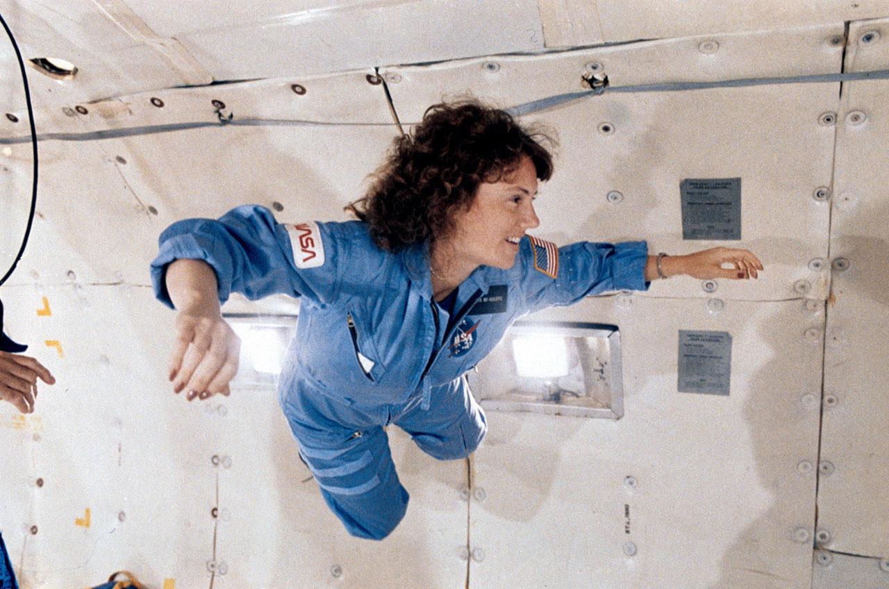 L'enseignante dans l'espace Christa McAuliffe s'entraîne sur un vol parabolique en apesanteur avant la mission malheureuse STS-51L de la navette spatiale Challenger en 1986. CRÉDIT: NASA