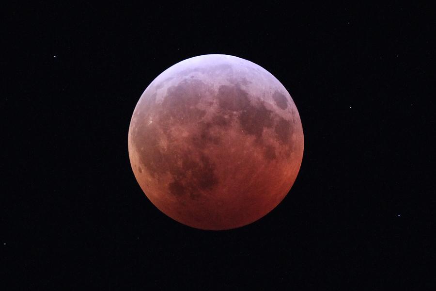 L'éclipse de Super Blood Wolf Moon du 20 au 21 janvier 2019, capturée au milieu de la totalité par Imelda Joson et Edwin Aguirre de la banlieue de Boston.