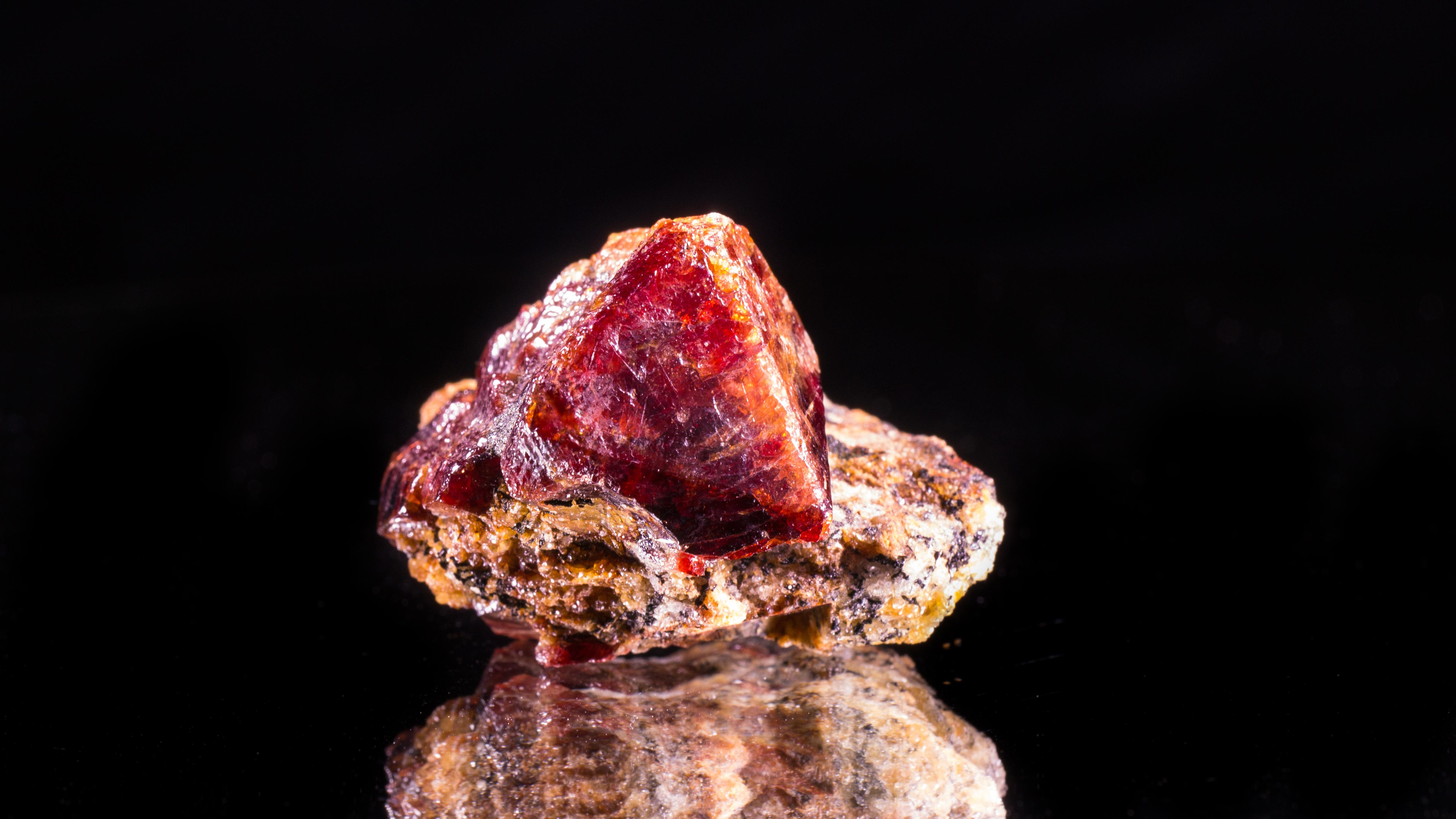 Un cristal de zircon de couleur or rouge
