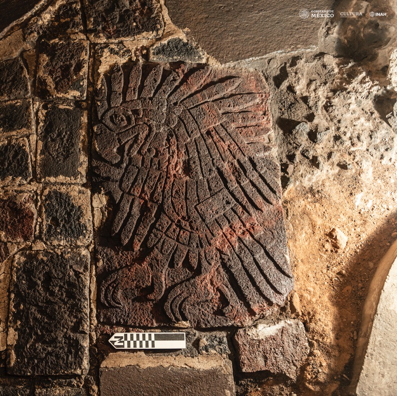 Un bas-relief d'un aigle royal sculpté dans le sol près du célèbre site aztèque Templo Mayor