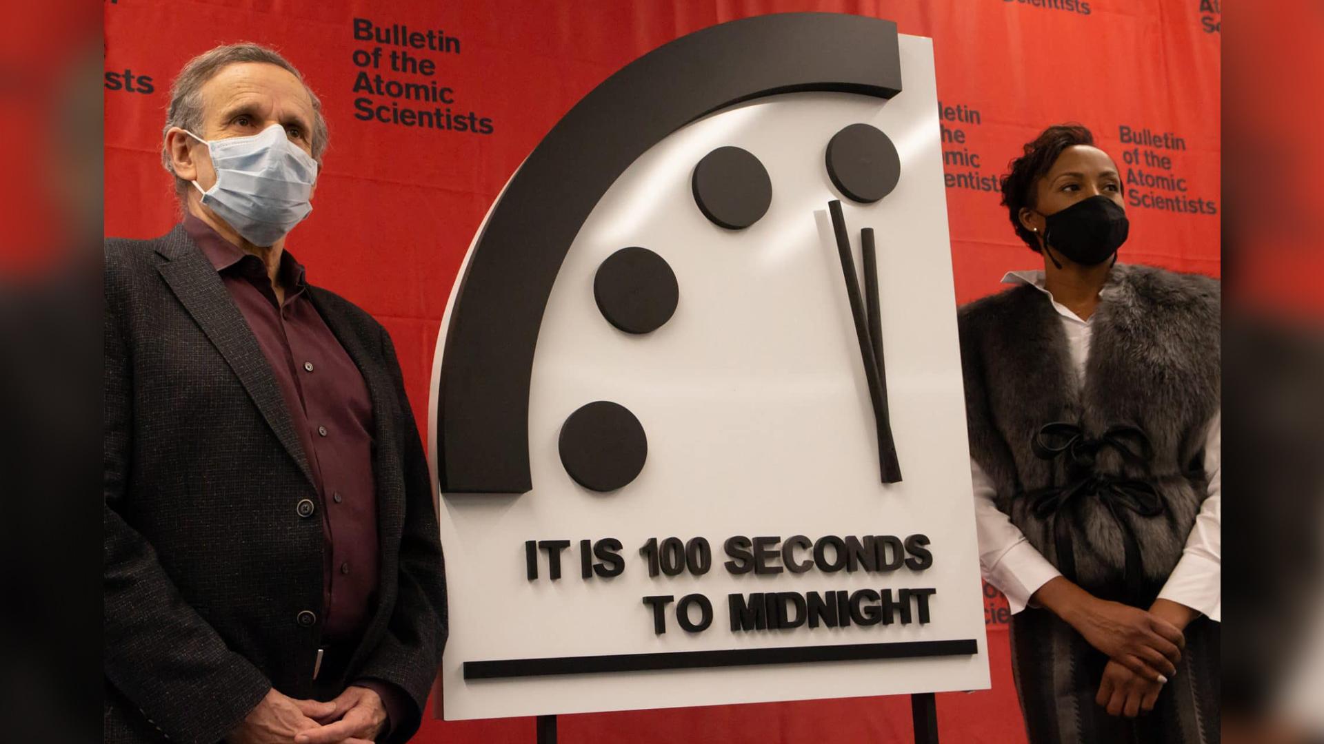Les membres du Bulletin of the Atomic Scientists 'Science and Security Board, Robert Rosner et Suzet McKinney, révèlent le réglage 2021 de l'horloge Doomsday: il est encore 100 secondes avant minuit.