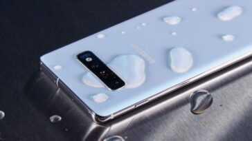 Téléphone Samsung avec de l'eau