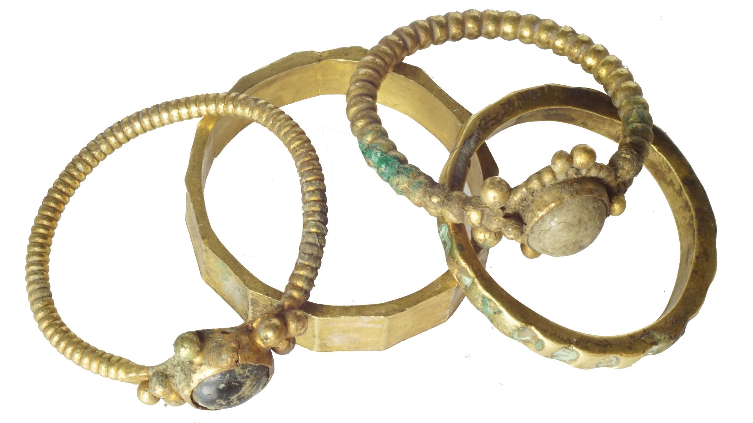 Les quatre anneaux d'or trouvés dans le trésor médiéval.