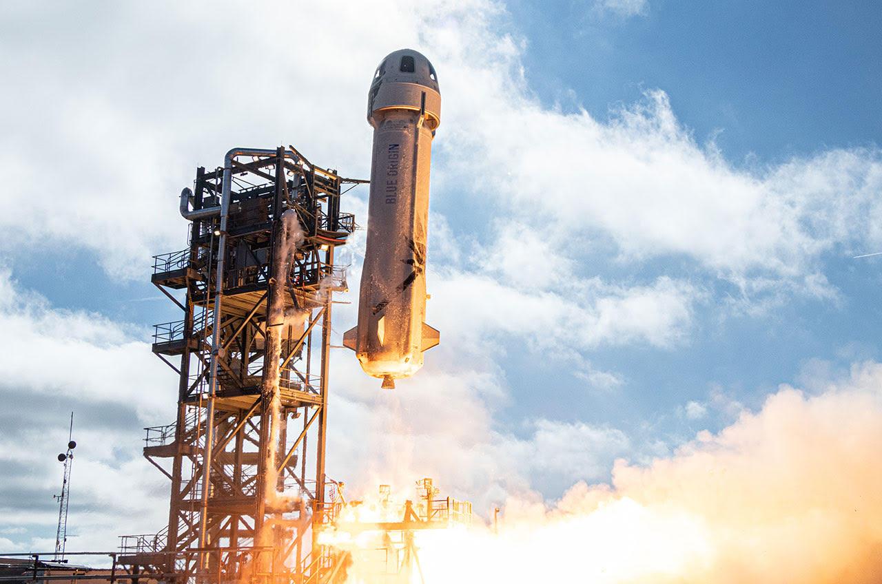 Décollage de la fusée New Shepard de Blue Origin lors de sa douzième mission suborbitale dans l'espace et retour du site de lancement de la société à l'ouest du Texas le 11 décembre 2019. À bord de ce vol se trouvait le premier lot de milliers de cartes postales Club for the Future.