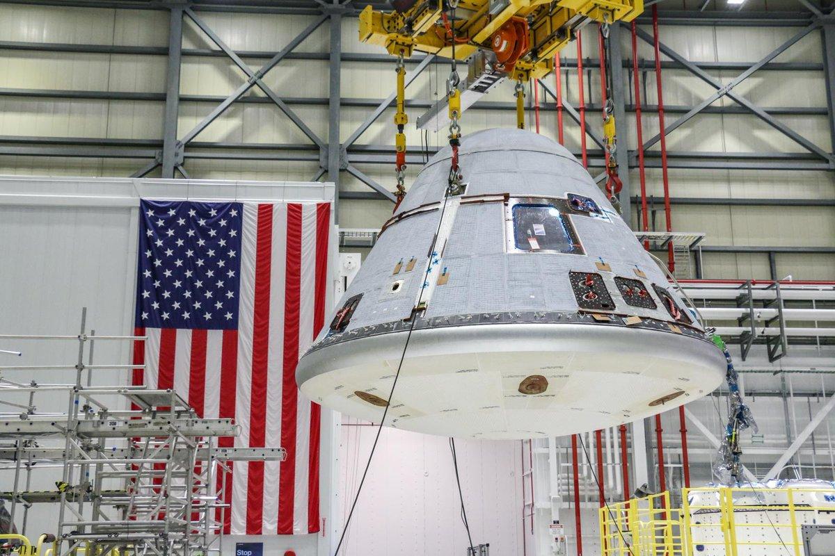 Le vaisseau spatial Starliner entièrement assemblé en préparation pour piloter le test de vol orbital 2 de Boeing est soulevé à l'intérieur de l'usine de production Starliner du Kennedy Space Center en Floride, le 13 janvier 2021.