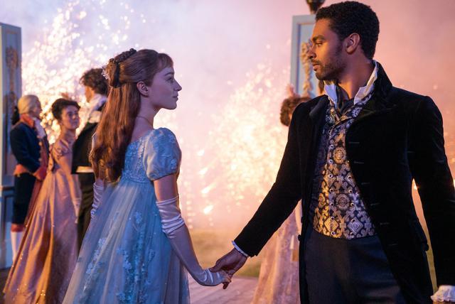 Daphné et Simon ont accepté de simuler une romance pour que Lady Whistledown les laisse tranquilles (Photo: Netflix)