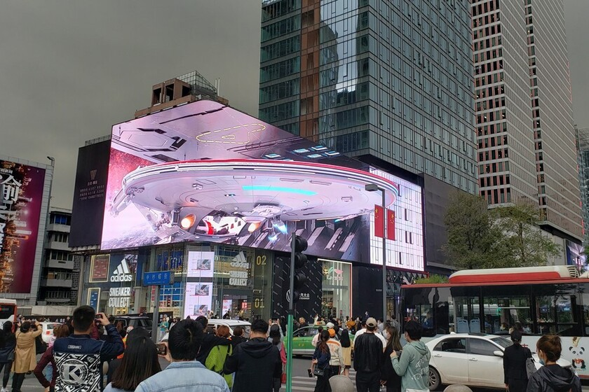 Cet écran incurvé gigantesque parvient à créer d'incroyables effets 3D ultra-réalistes