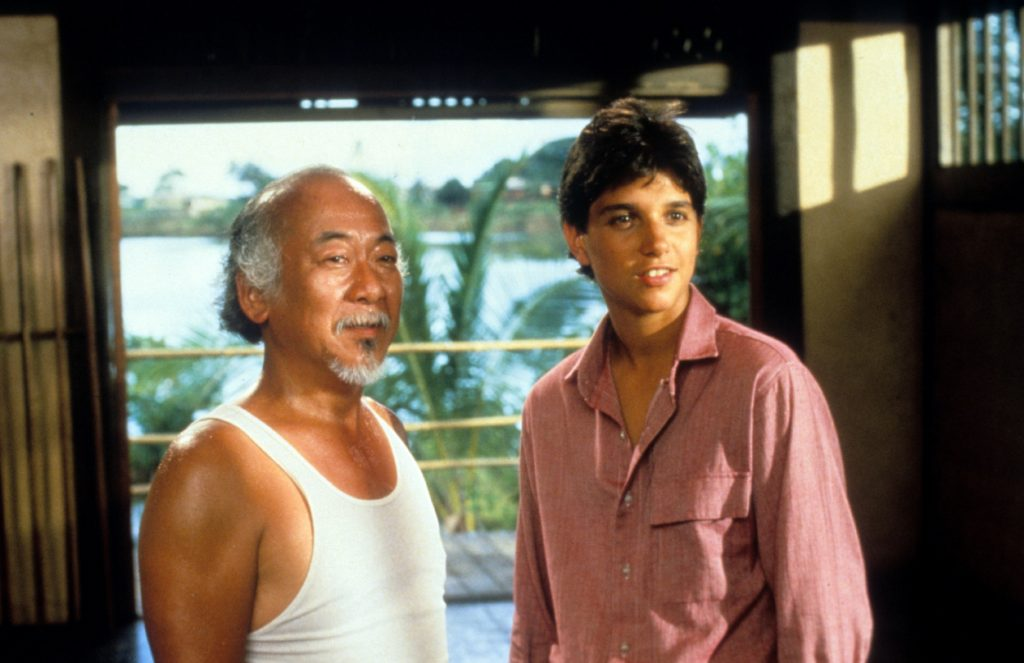 Pat Morita et Ralph Macchio dans une scène de 'The Karate Kid'