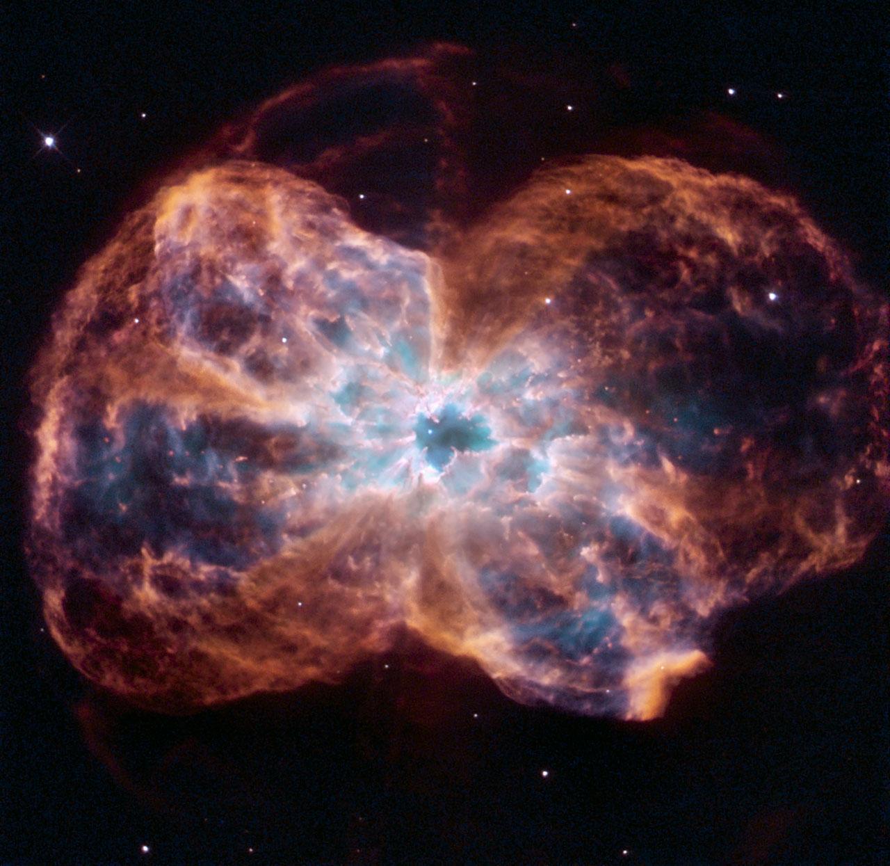 Une image du télescope spatial Hubble d'une géante rouge perdant ses couches externes de gaz pour devenir une naine blanche.