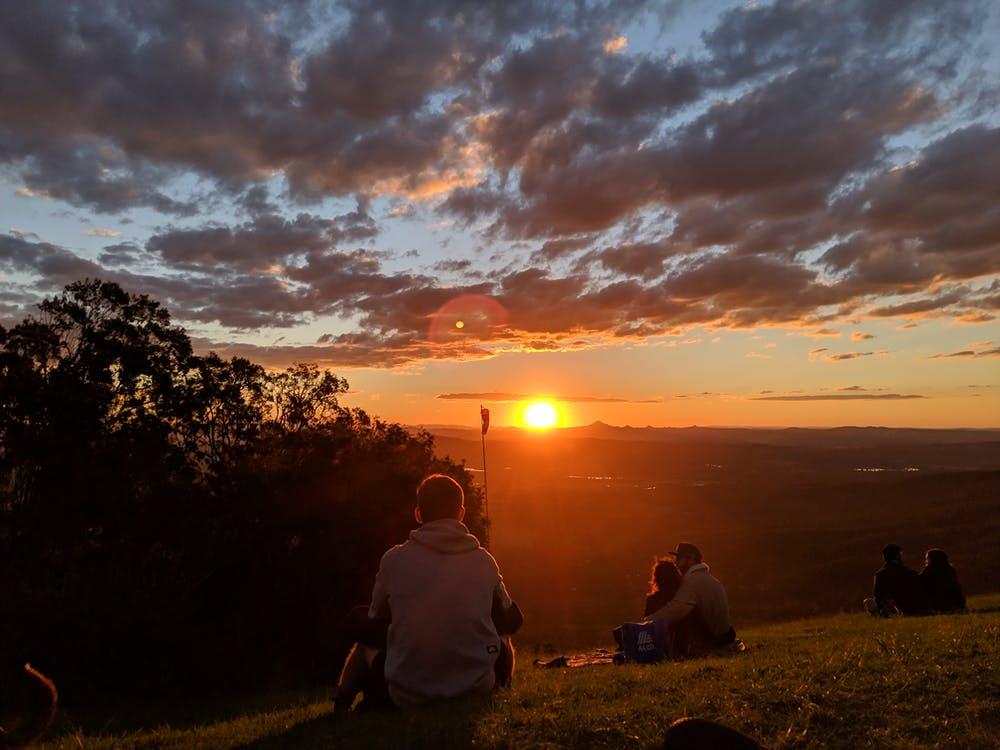 En Australie, nous avons une vue magnifique sur le coucher du soleil presque tous les jours, à condition que nous ayons un bon endroit pour regarder.  Le ciel s'illumine de rouges vifs et d'oranges.