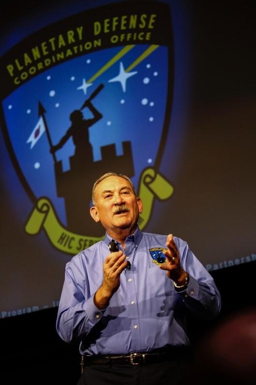 Lindley Johnson, officier de la défense planétaire de la NASA et directeur de programme du bureau de coordination de la défense planétaire.
