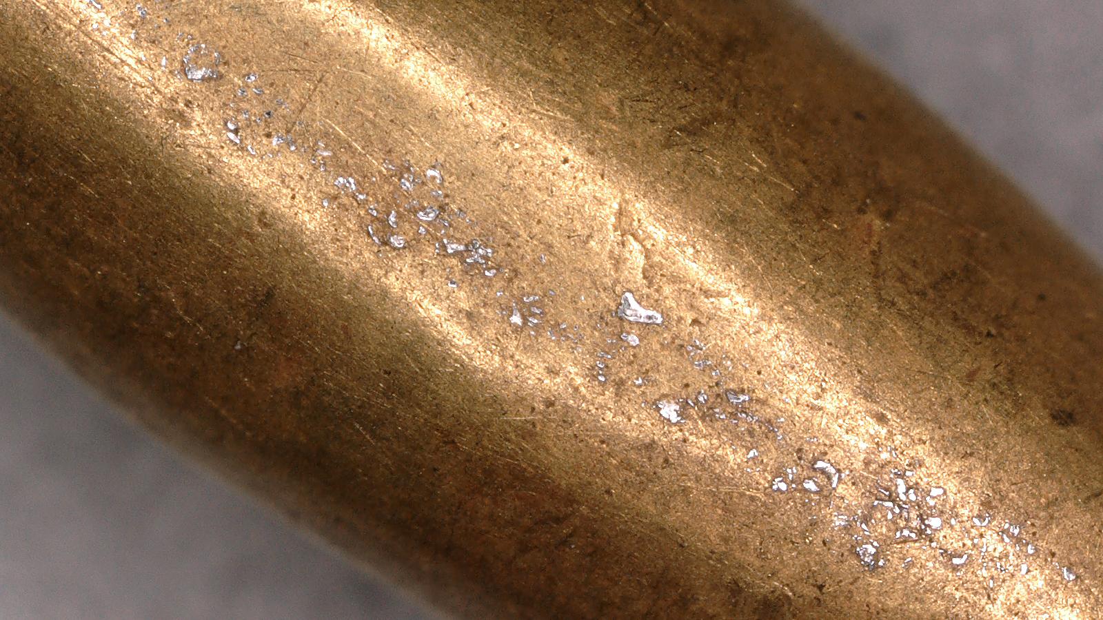 L'analyse des taches de couleur claire sur une perle d'or du manteau de la reine Puabi d'Ur aide les chercheurs à retracer l'origine géologique de l'or.