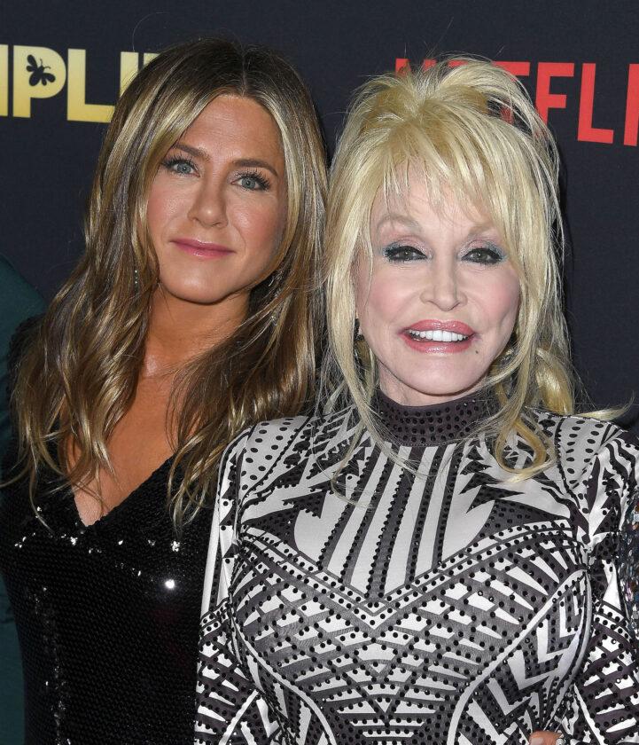 Jennifer Aniston et Dolly Parton ont obtenu de la tequila de Sandra Bullock lors d'une interview hilarante