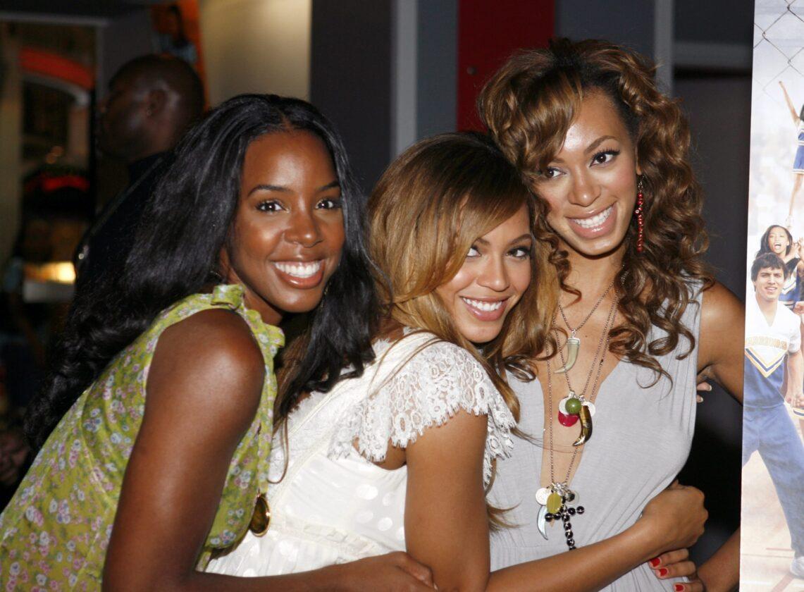 Kelly Rowland dit que Beyoncé et Solange sont des mamans `` exceptionnelles '': `` J'ai beaucoup appris d'elles ''