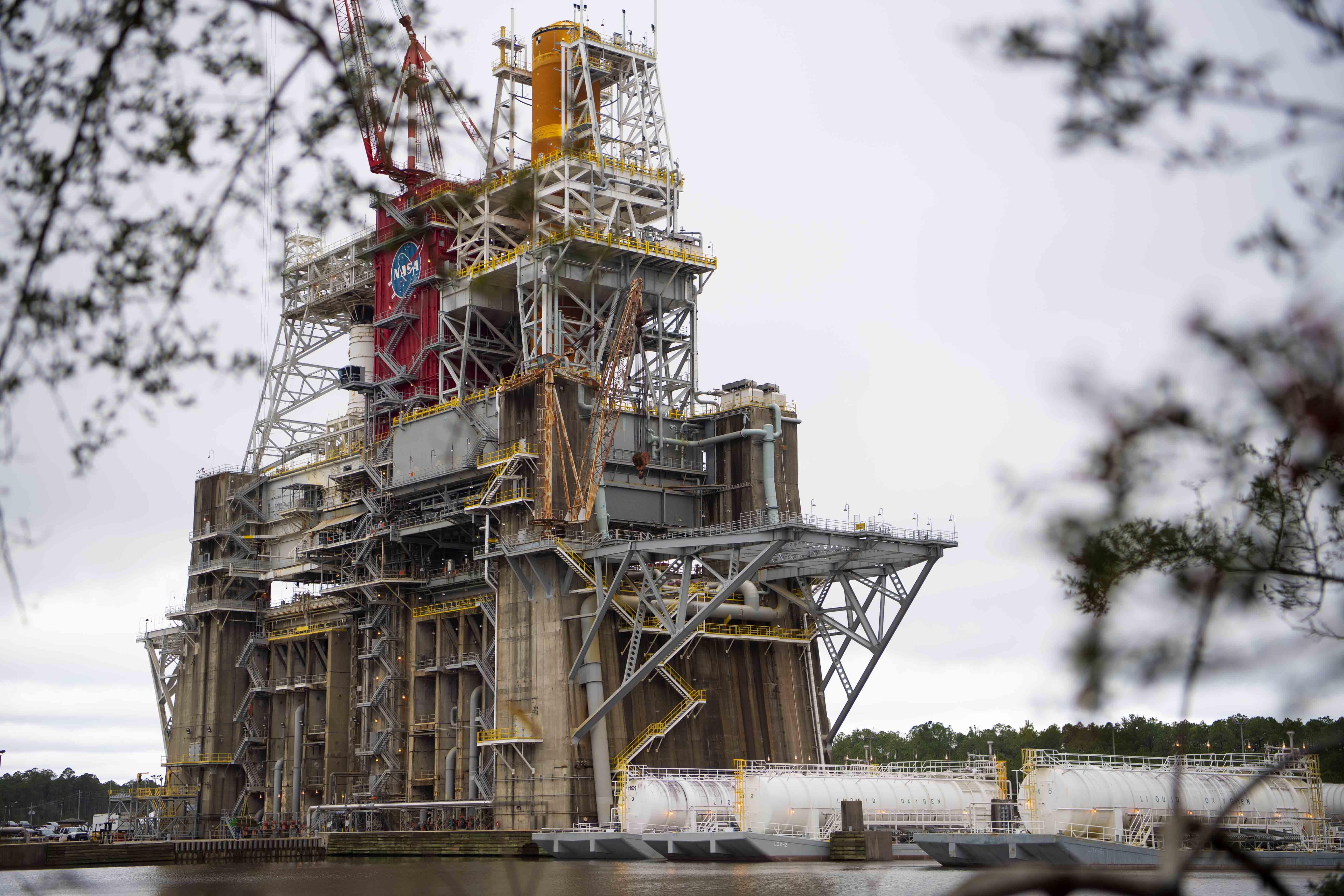 """Un total de 114 camions-citernes a livré plus de 733000 gallons d'hydrogène liquide et d'oxygène liquide au banc d'essai B-2 du centre spatial Stennis de la NASA pour le septième """"piste verte"""" test de la fusée SLS de la NASA."""