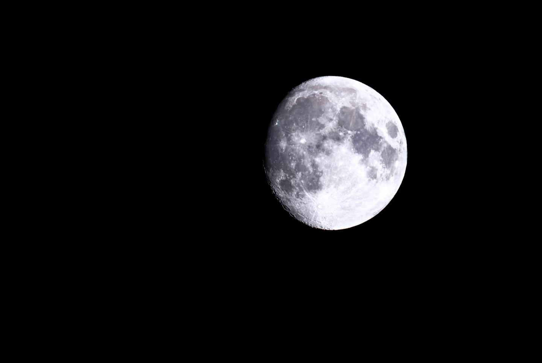 Les gens se couchent plus tard et dorment moins d'heures la nuit avant la pleine lune, et les cycles menstruels semblent se synchroniser temporairement avec les cycles lunaires, ont découvert des scientifiques dans deux nouvelles études.