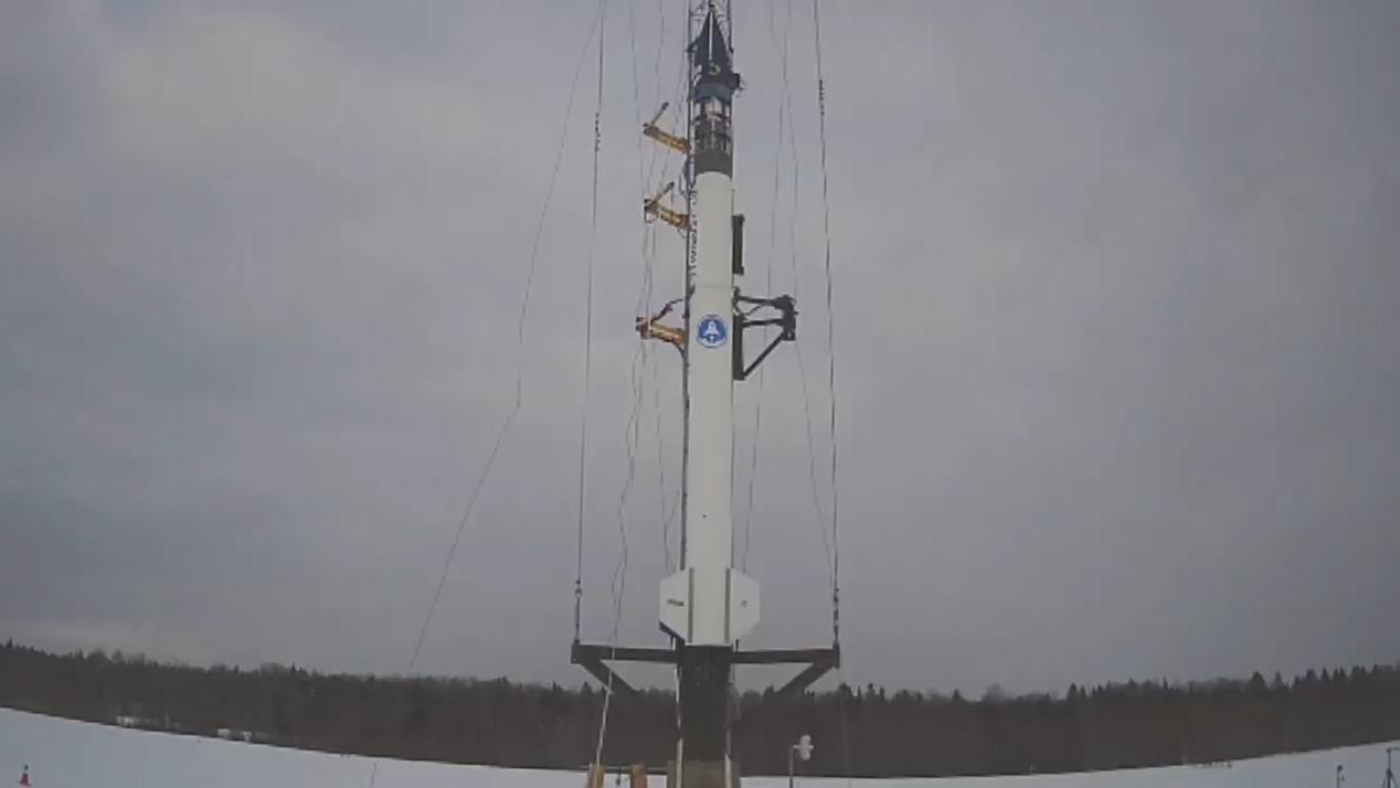 La première fusée à basse altitude Stardust de bluShift Aerospace se dresse au sommet de son rail de lancement sur une piste désaffectée à Limestone, dans le Maine, pour un lancement prévu le 15 janvier 2021.