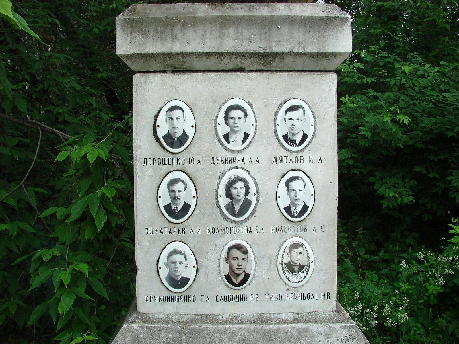 La tombe du groupe décédé dans des circonstances mystérieuses dans le nord des montagnes de l'Oural.