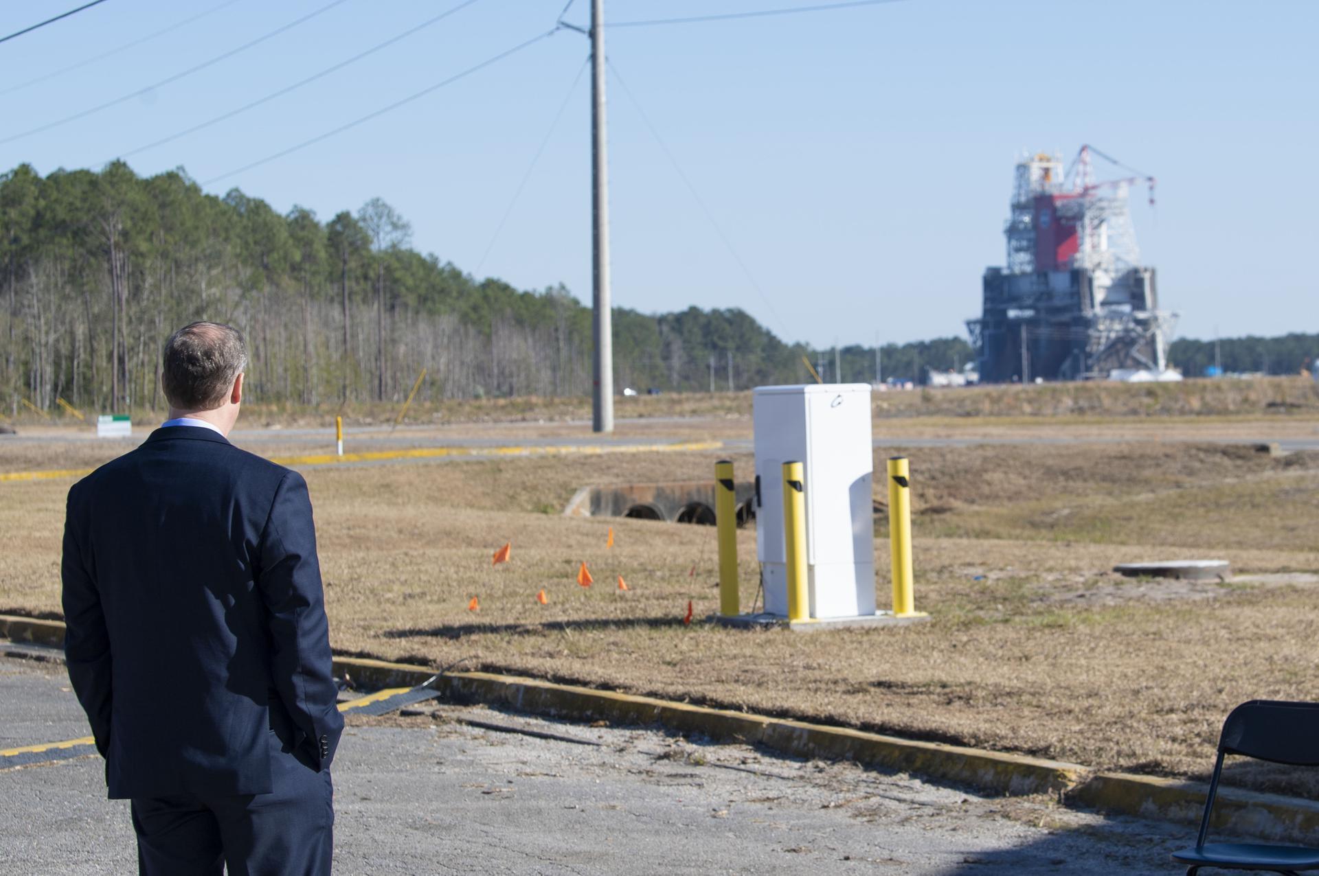 L'administrateur sortant de la NASA, Jim Bridenstine, pairs au banc d'essai B-2 au Stennis Space Center près de Bay St.Louis, Mississippi, avant un test de feu chaud le 16 janvier 2021, de la scène principale de la fusée Space Launch System de l'agence.