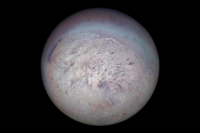 Le vaisseau spatial Voyager 2 de la NASA a capturé des stries sombres produites par des geysers visibles sur la surface glacée de la région polaire sud de Triton.