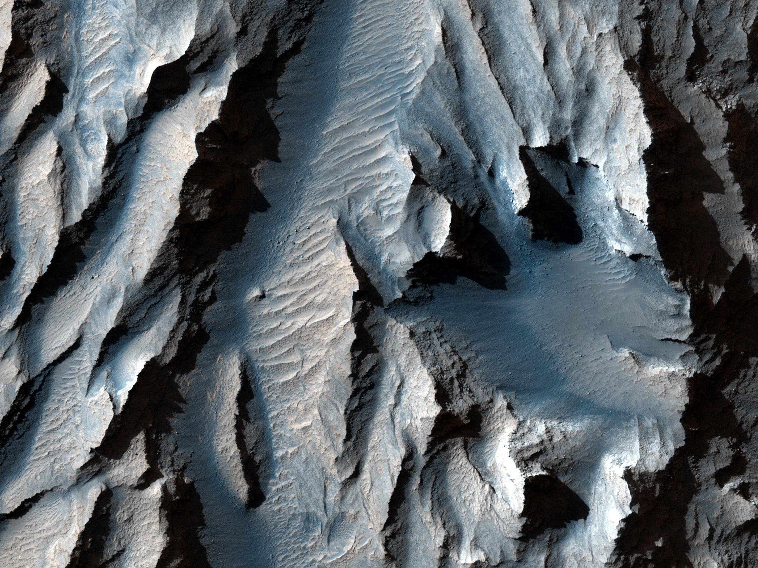 Le Tithonium Chasma (qui fait partie des Valles Marineris de Mars) est entaillé de lignes diagonales de sédiments qui pourraient indiquer d'anciens cycles de gel et de fusion.
