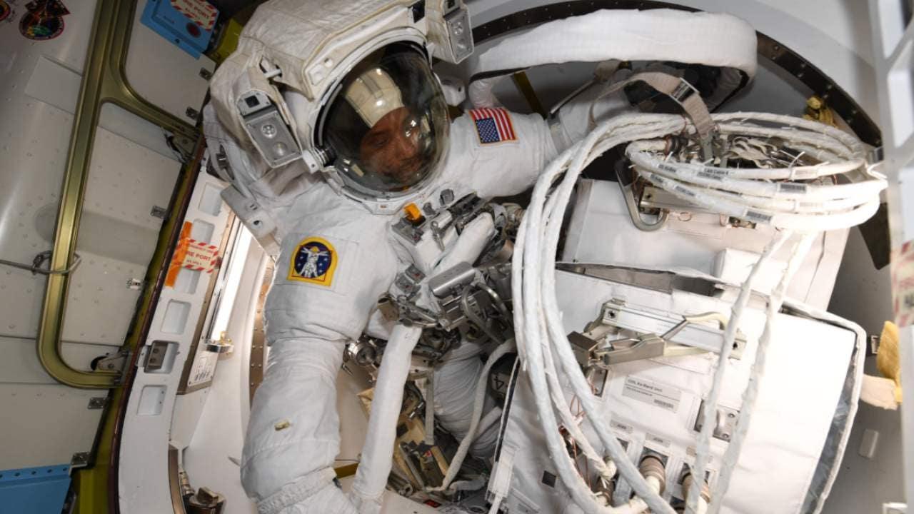 Les astronautes de la marche dans l'espace rencontrent des problèmes de câble lors du raccordement d'un laboratoire européen