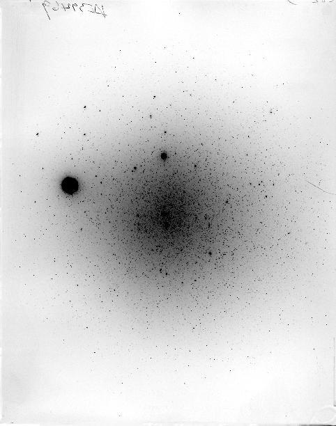 Une image numérique d'une plaque de verre qui a capturé des observations astronomiques en 1945.