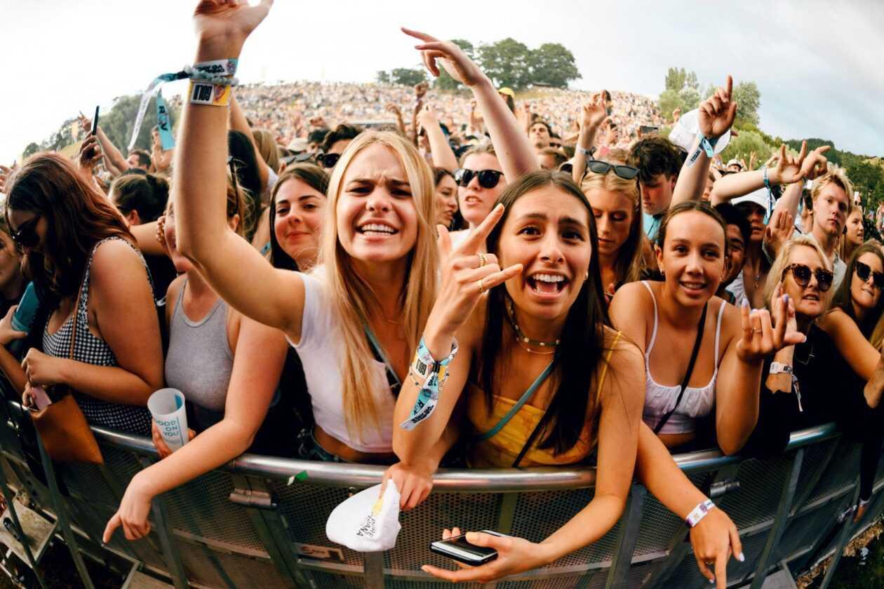 Les Festivals Sont De Retour Avec Des Milliers De Participants