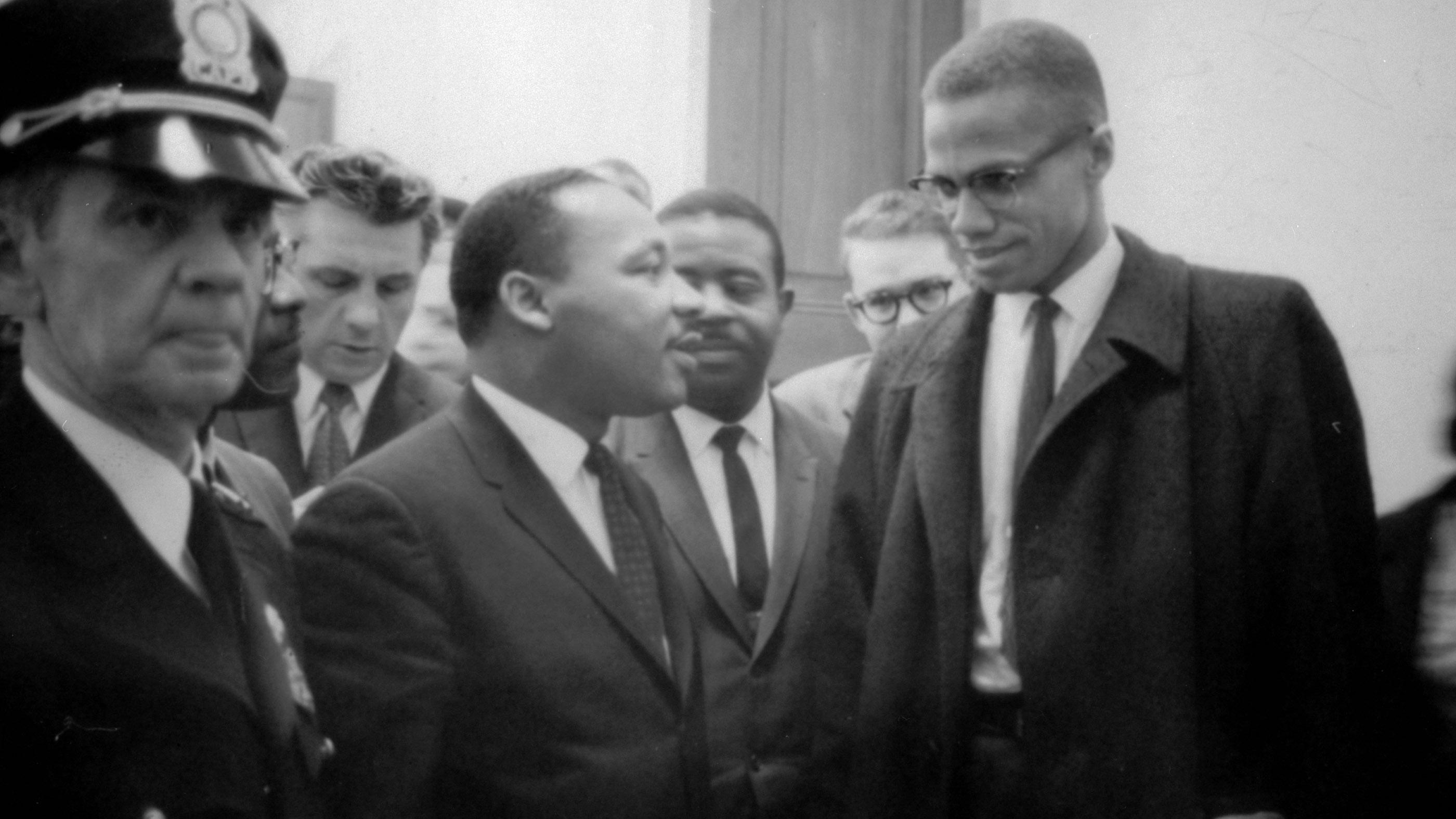 Martin Luther King Jr. et Malcolm X attendent une conférence de presse le 26 mars 1964. La photo a été prise par Marion S. Trikoskor.