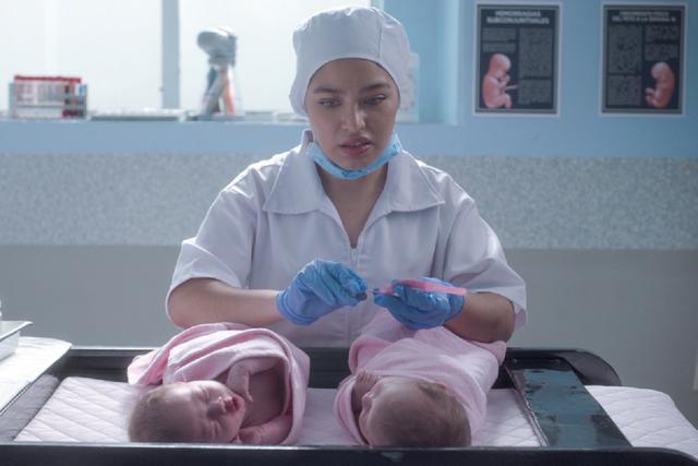 L'infirmière a pris les bracelets des filles et les a confondues (Photo: Netflix)