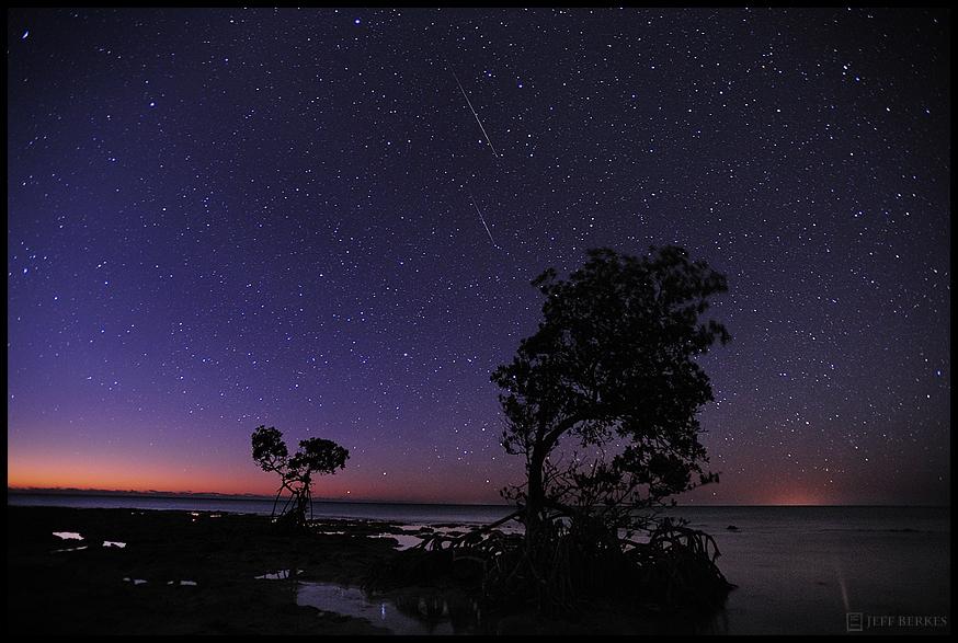Le photographe Jeff Berkes a capturé plusieurs météores Quadrantid dans cette image longue exposition prise dans les Keys de Floride le 2 janvier 2012, lors de la pluie annuelle de météores Quadrantid.  Les quadrantides 2017 culmineront les 3 et 4 janvier.