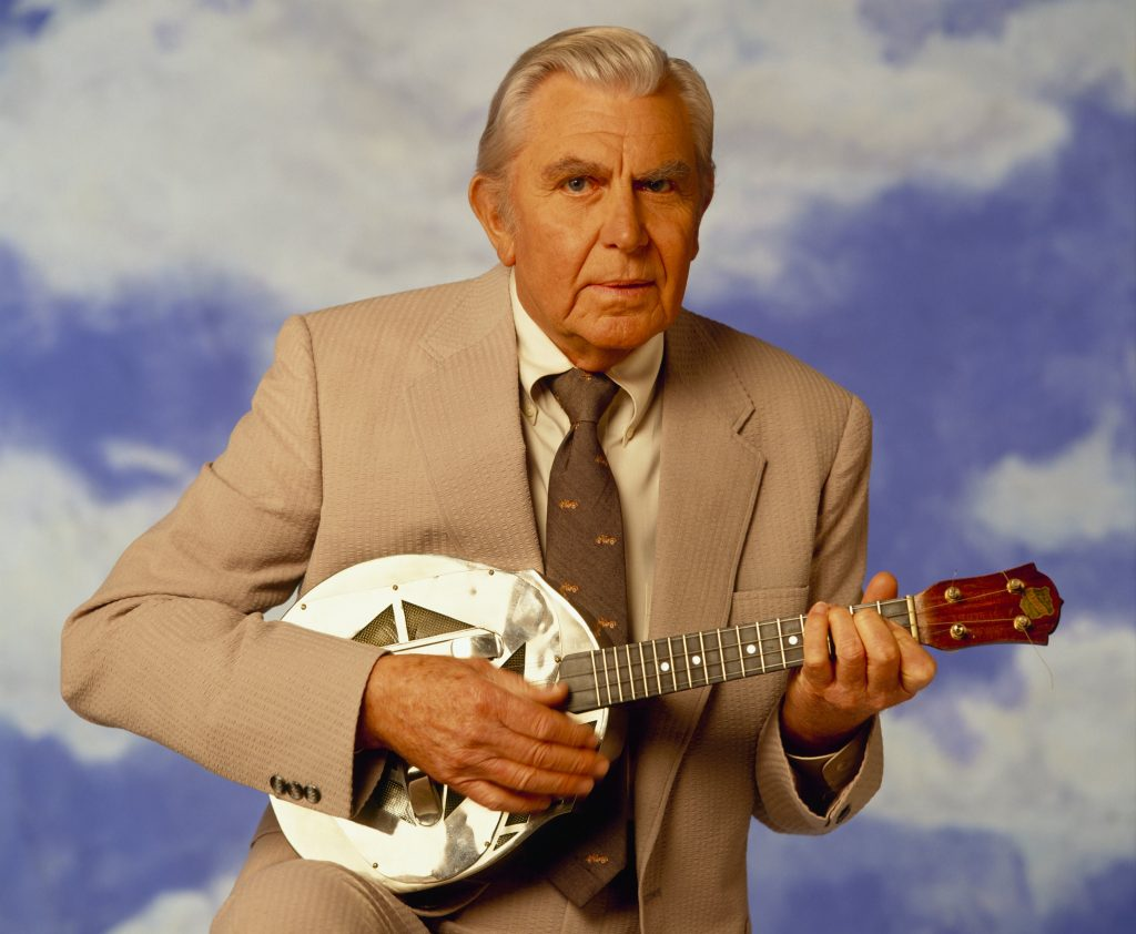 Andy Griffith pose pour une photo avec un banjo