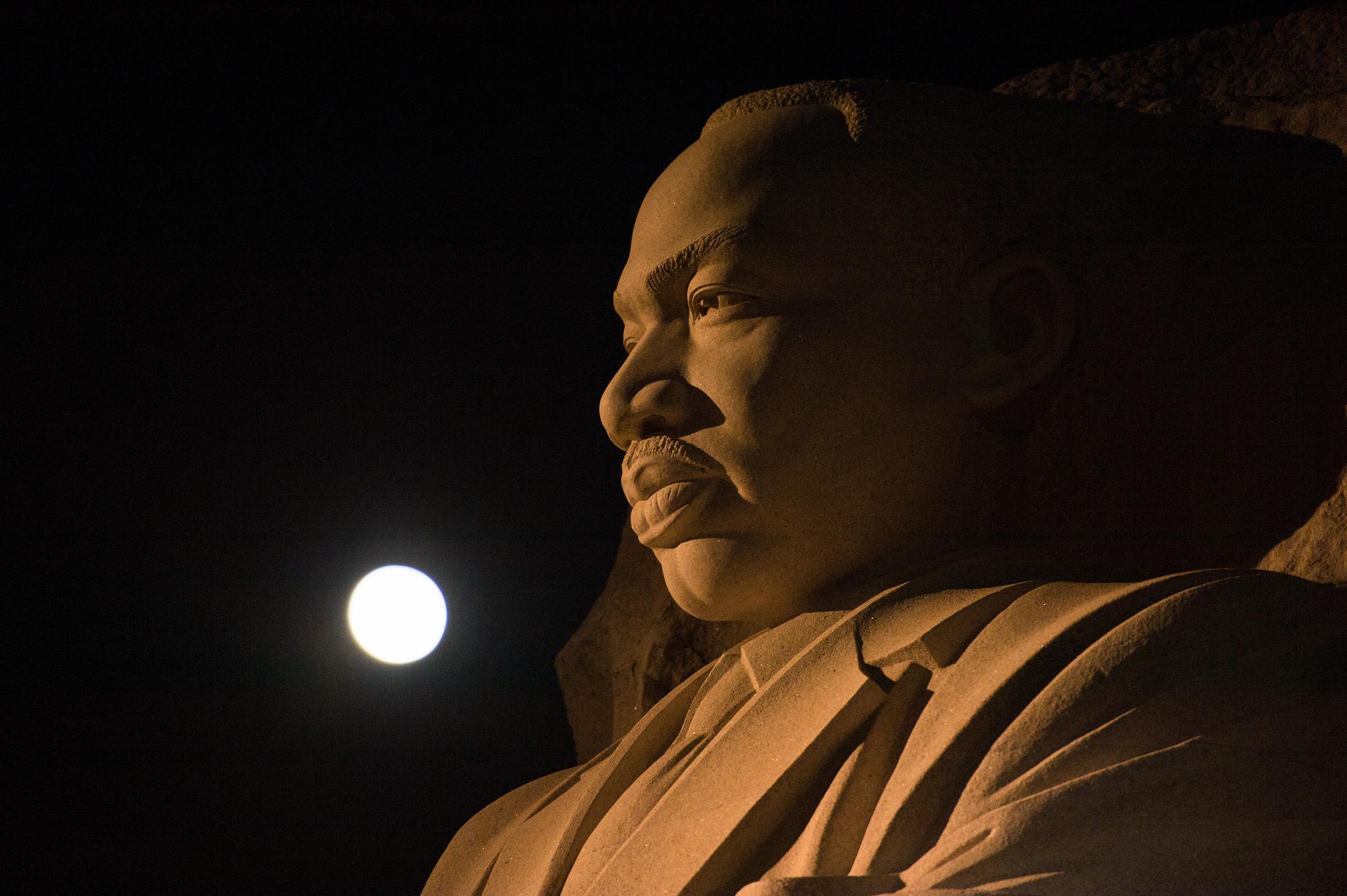 La lune, ou supermoon, est vue alors qu'elle se couche au-dessus du mémorial Martin Luther King Jr., lundi 14 novembre 2016 à Washington.