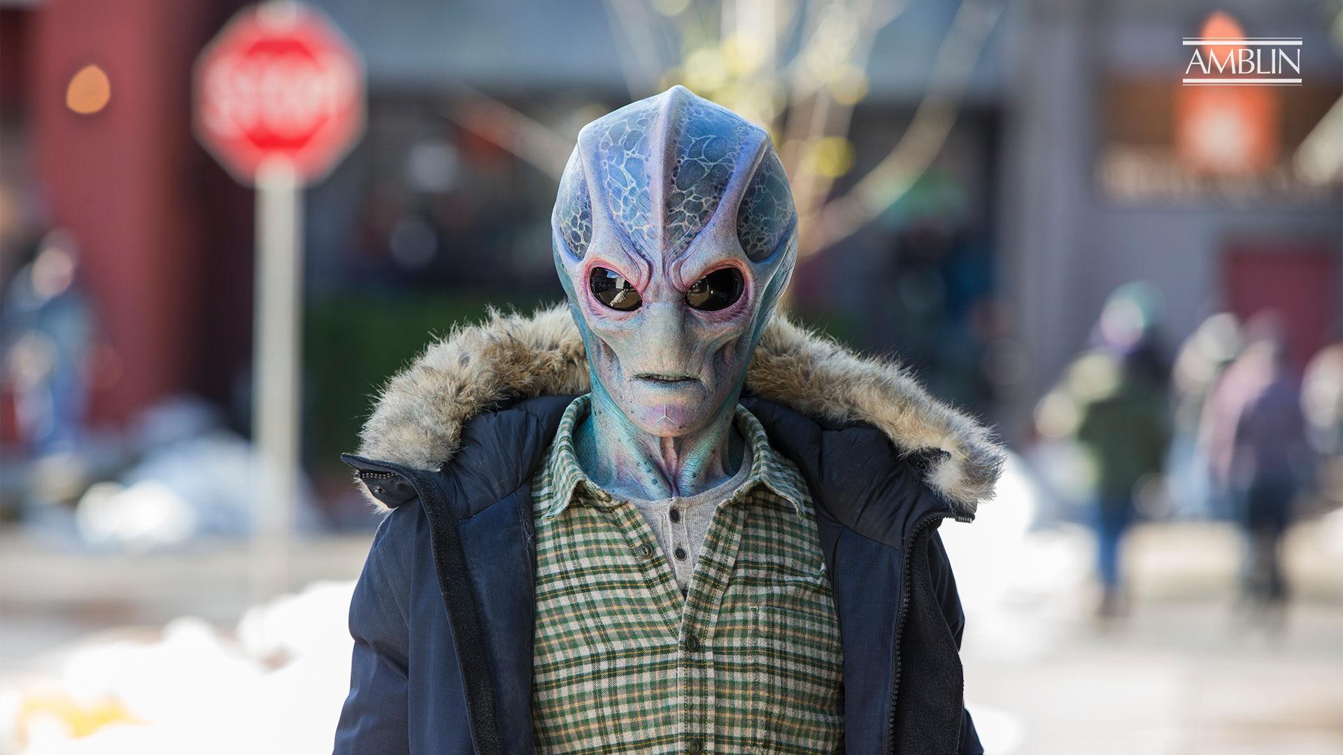Alan Tudyk dépeint un extraterrestre coincé sur Terre dans la nouvelle série télévisée Syfy en direct