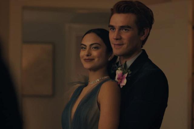 """Veronica et Archie au bal dans la saison 5 de """"Riverdale"""" (Photo: The CW)"""