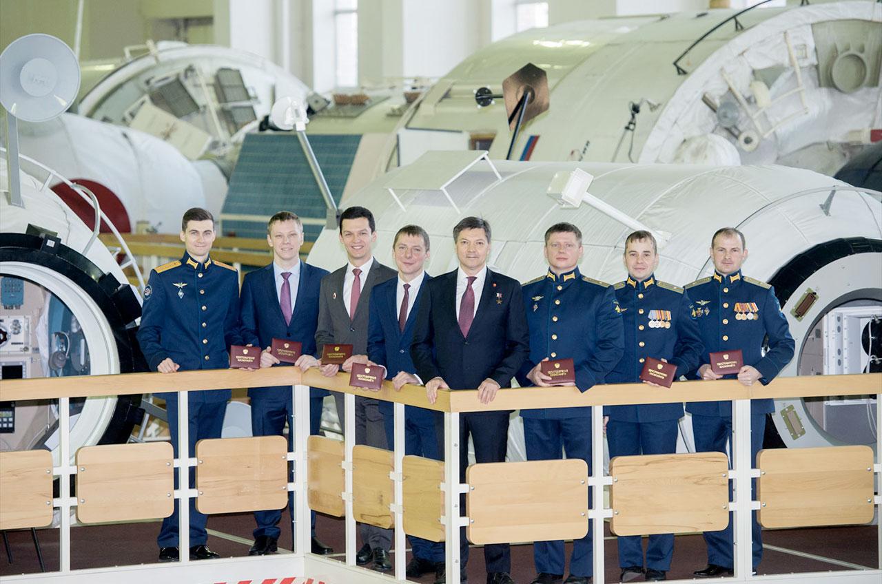 La classe 2018 de cosmonautes de Roscosmos est vue dans ses installations d'entraînement à Star City, en Russie, après s'être qualifiée pour des missions de vol spatial en décembre 2020. De gauche à droite: Alexei Zubritsky, Alexander Gorbunov, Konstantin Borisov, Kirill Peskov, Oleg Kononenko (classe 1996), Alexander Grebyonkin, Oleg Platonov et Sergei Mikayev.