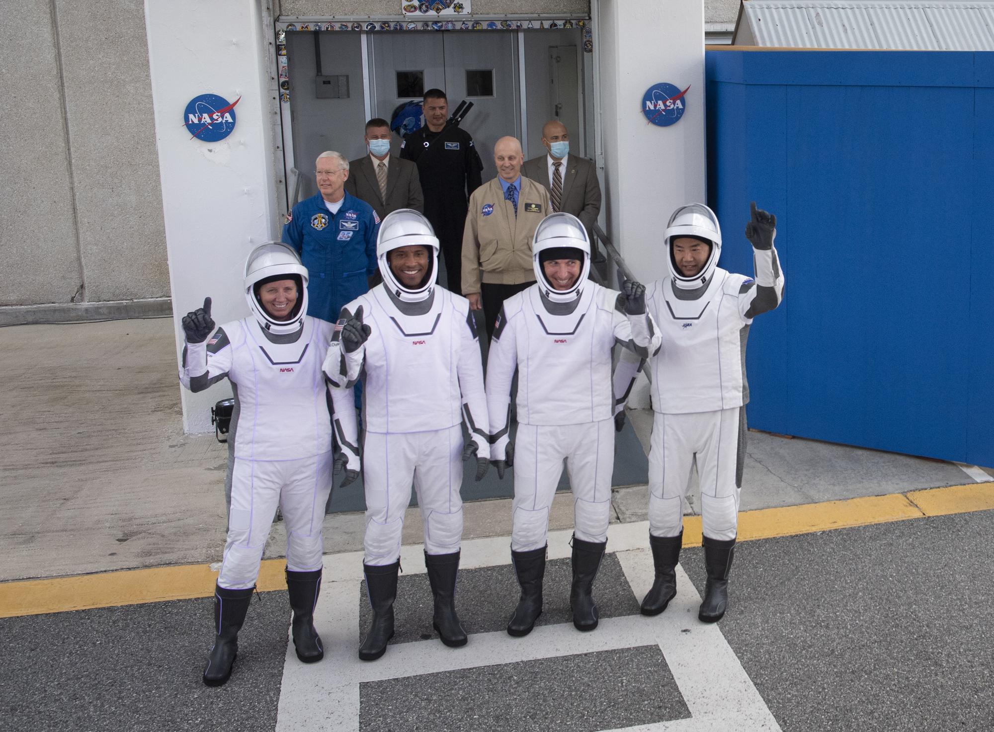 Les astronautes de la NASA Crew-1 posent pour une photo alors qu'ils se préparent à se rendre au Pad 39A pour leur lancement SpaceX Crew Dragon le 15 novembre 2020. Ils sont (de gauche à droite): les astronautes de la NASA Shannon Walker, Victor Glover, Mike Hopkins et Soichi Noguchi avec l'Agence japonaise d'exploration aérospatiale.