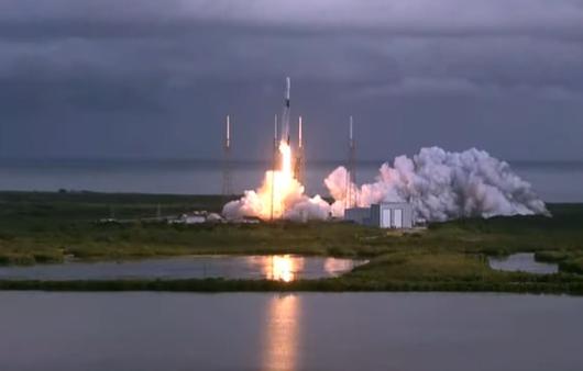 Une fusée SpaceX Falcon 9 lance 143 petits satellites en orbite depuis le Space Launch Complex 40 à la station Space Force de Cape Canaveral en Floride le 24 janvier 2021 pour marquer la mission de covoiturage Transporter-1.
