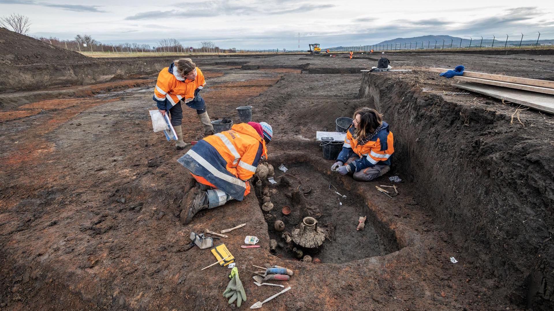 Les archéologues examinent l'enterrement vieux de 2000 ans de l'enfant et du chiot,