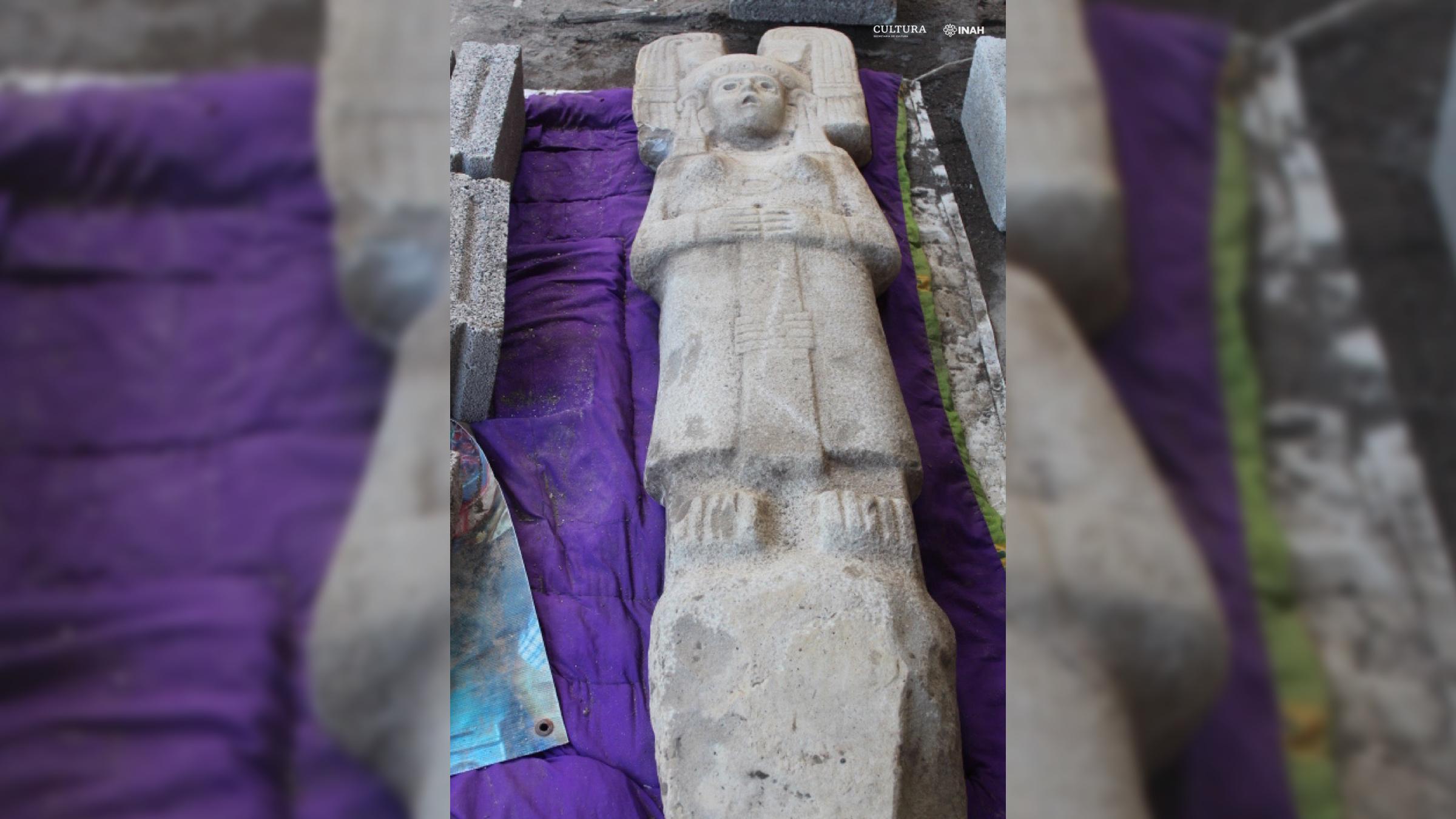 Le bas de la statue a une pointe en bas, ce qui signifie que la statue peut être placée debout dans le sol.