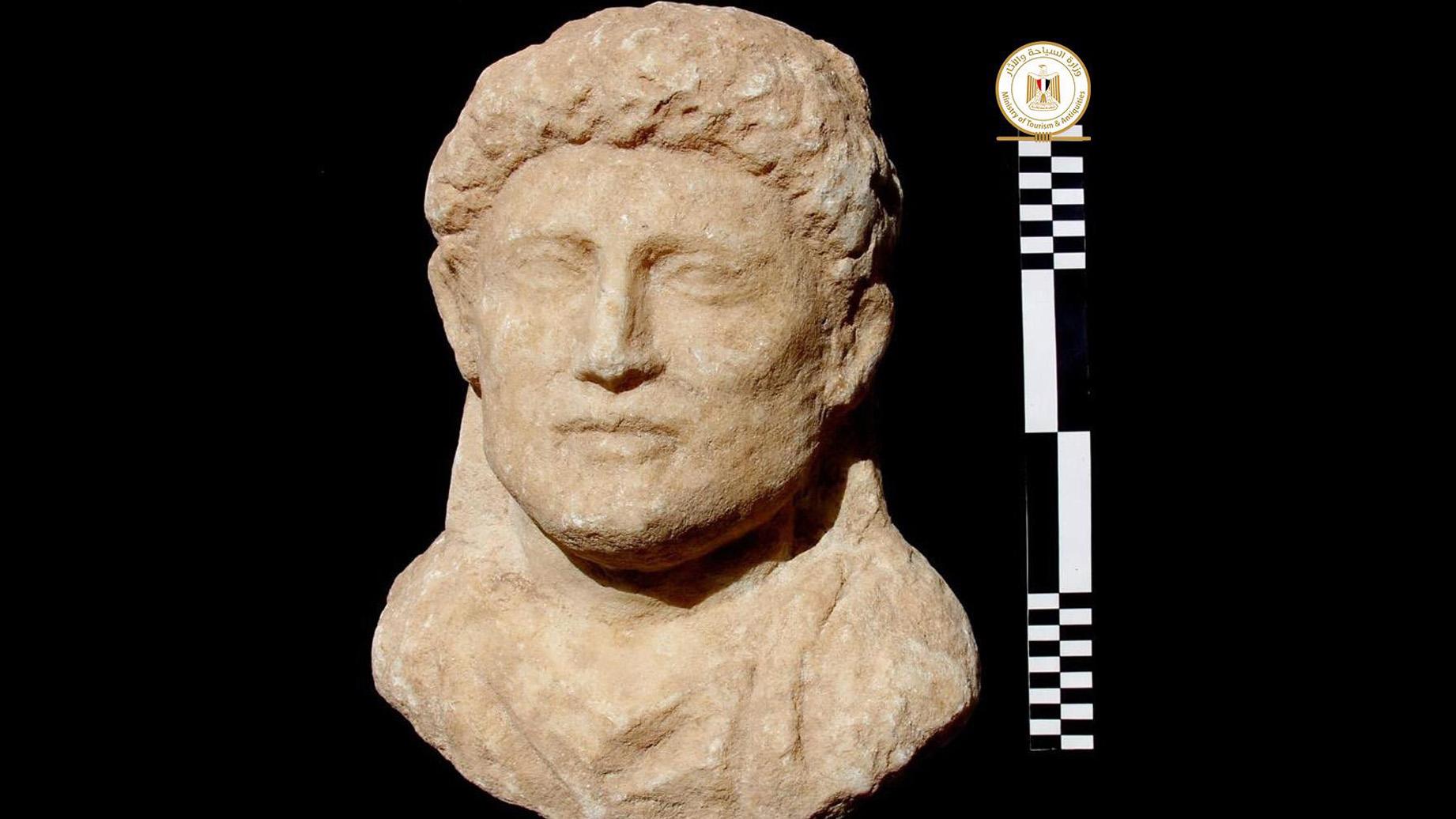 Cette statue représente également l'un des défunts, un homme dont la coiffure est représentée en détail.