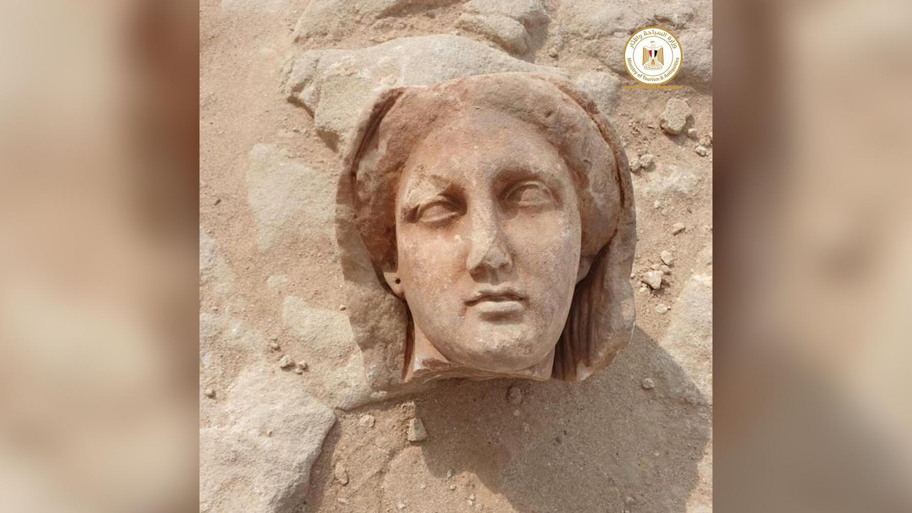 Les restes de plusieurs statues représentant le défunt ont également été retrouvés récemment sur le site.