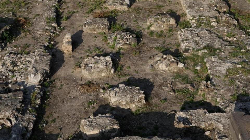 cette photo montre deux ensembles de fondations rondes, l'une d'entre elles de la mosquée précédente.