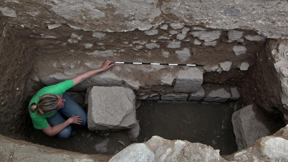 Un archéologue examine les fondations de la première mosquée juste au-dessus des vestiges d'un édifice romain monumental.