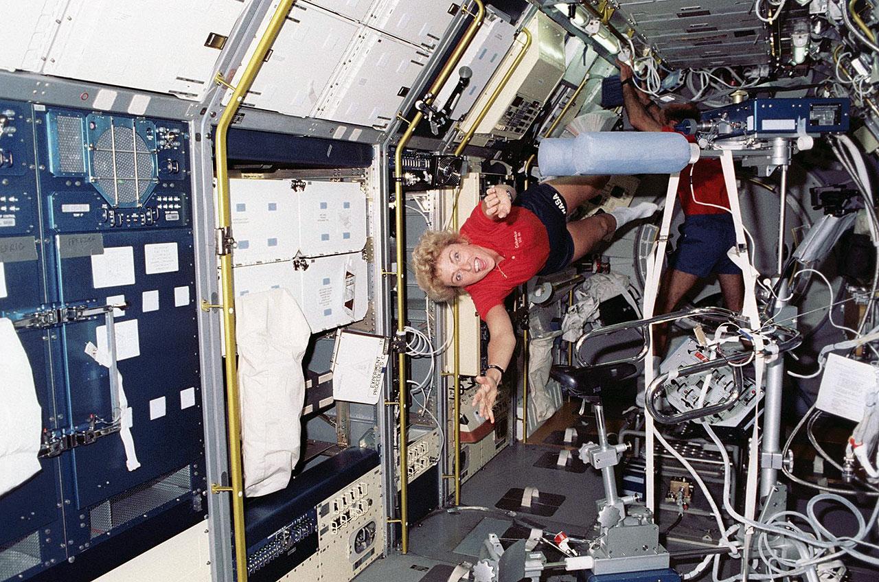 Millie Hughes-Fulford, spécialiste de la charge utile STS-40, vole à travers le module Spacelab dans la soute de la navette spatiale Columbia en juin 1991.